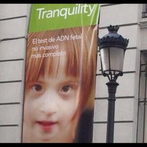 Foto de niña con síndrome de Down en campaña.
