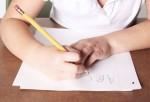 Nena intentando escribir.