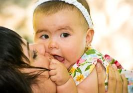 ¿Es malo besar a un bebé en la boca?