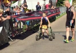 Termina un triatlón con 8 años y parálisis cerebral