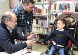 Gema, una niña con parálisis cerebral que 'habla' con los ojos