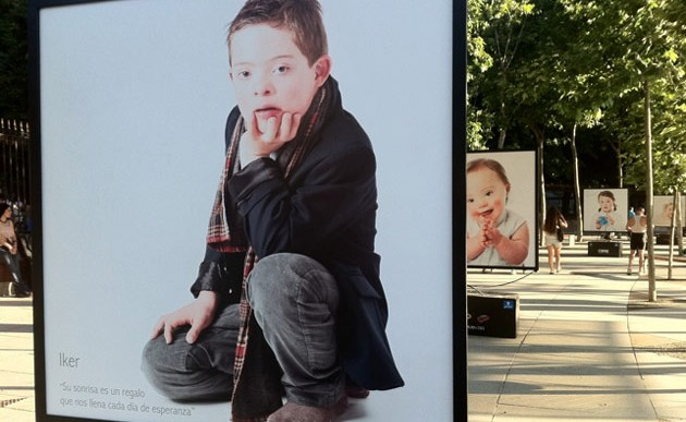 Muestra con retratos de niños con Síndrome de Down se presentan en el Metro de Santiago