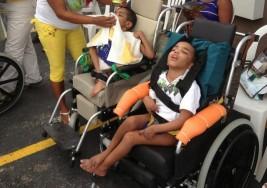 La 'donna inmóbile' que enseña arte a niños con parálisis cerebral