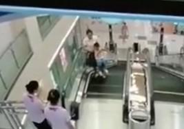 Mujer muere en escalera eléctrica tratando de salvar a su hijo