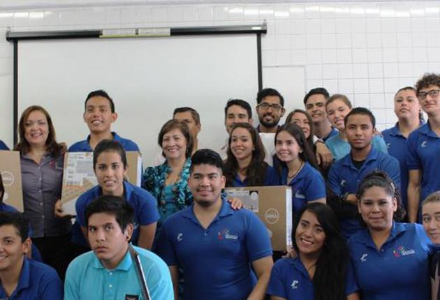 Alumnos sordos de UdeG reciben computadoras