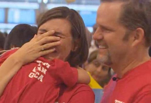 El emocionante encuentro de una niña con síndrome de down y sus padres adoptivos