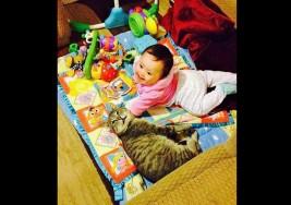 Enternecedora amistad entre una bebé con síndrome de Down y un gato