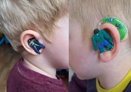 Madre diseñó audífonos de superhéroes para su hijo con sordera