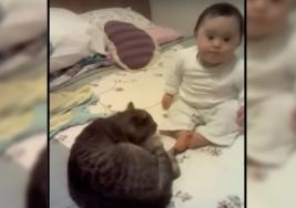 Amistad sin límites entre una bebé con Síndrome de Down y su gato