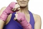 Mujer en posición de lucha.