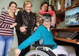 Mujer con parálisis cerebral logra licenciarse y marca un hito