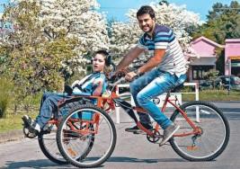 Chico que sufre parálisis cerebral, anda en bici gracias a una idea simple pero efectiva