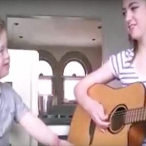 Hermanos cantando.