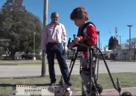 Un nene con parálisis cerebral pudo caminar gracias a un inédito prototipo diseñado por un vecino