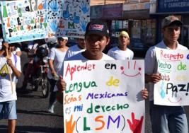 Marchan personas con discapacidad auditiva exigiendo inclusión