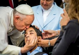 La emotiva historia del niño con parálisis cerebral que conmocionó al Papa