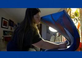 El mundo azul de Marilin Rivera, una artista con Síndrome Down