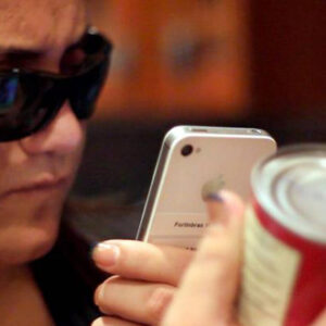 Mujer ciega usando la tecnología.