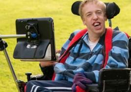 Joven con parálisis cerebral toca música con sus ojos