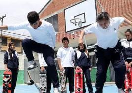 Jóvenes sordos que 'vuelan' en silencio sobre sus patinetas