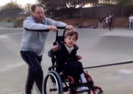 ¡Súper papá! Llevó a su hijo con parálisis cerebral a la pista de skate y su reacción fue emocionante