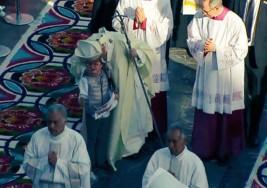El Papa abraza un niño con Síndrome Down en la Basílica