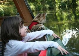 El talento de una niña con autismo y su singular ayudante