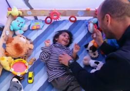 Osman, el niño refugiado con parálisis cerebral, consigue una silla adaptada gracias a la solidaridad ciudadana