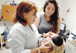 Checan a bebés para detectar casos de sordera
