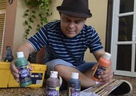 Talentoso joven con Síndrome de Down encuentra en la pintura una gran pasión