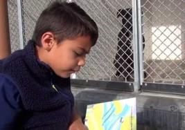 El pequeño con autismo que pasa sus jueves leyendo a perros sin hogar