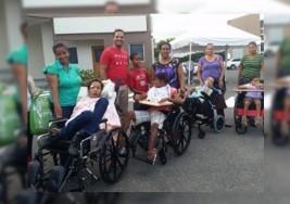 Niños con parálisis cerebral reciben sillas de ruedas especiales