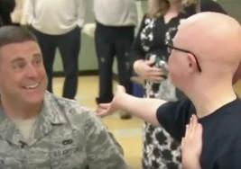 Así recibe un niño con síndrome de Down a su padre que vuelve de combatir en Irak