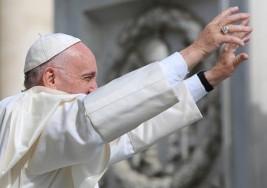 Papa Francisco improvisa saludo a sordos en lenguaje de señas