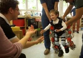 Este exoesqueleto podría permitir que los niños parapléjicos caminaran de nuevo