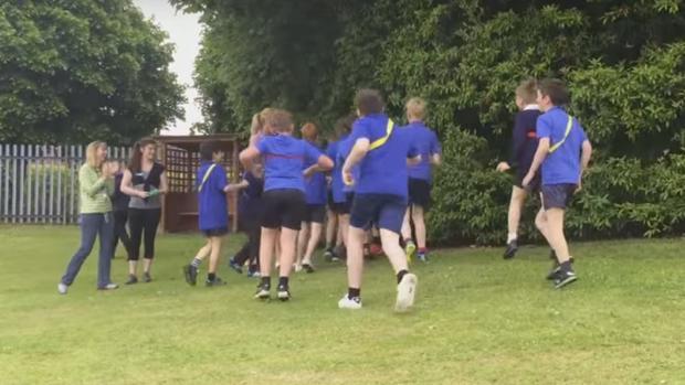 El gesto más solidario de unos estudiantes ingleses a su compañero con síndrome de Down