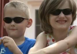 Un par de niños ciegos salvan vida de su madre