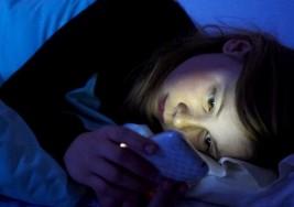 Usar el móvil en la cama puede provocar ceguera temporal