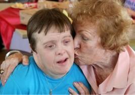 Se jubila trabajadora de McDonald's con síndrome de Down