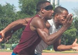 Hombre ciego que corre como rayo va a los Paralímpicos