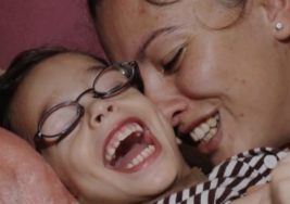 Carol pospuso las metas personales para dedicar sus horas a su hijo con parálisis cerebral