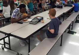 El emotivo gesto viral de un deportista al acompañar en el almuerzo a un niño con autismo