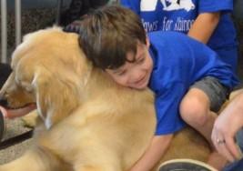 El emotivo momento en que un niño con autismo logra por primera vez en su vida dar un abrazo y fue a un perro