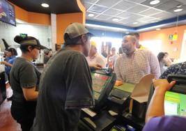 Conozca la historia de las personas con discapacidad que trabajan en Taco Bell