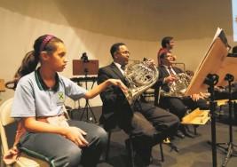 Orquesta realiza concierto sensorial con sordos