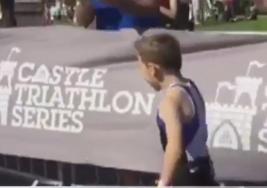 La increíble hazaña de un niño con parálisis cerebral en un triatlón