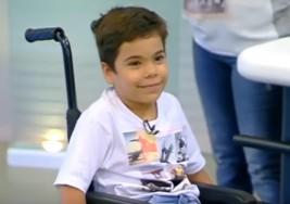 Un niño con parálisis cerebral consigue caminar por primera vez entre los aplausos de su compañeros