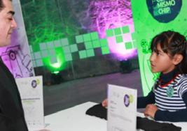 Mexicana de 8 años inventa cinturón que alerta a ciegos de obstáculos