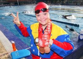 La nadadora con  Síndrome de Down que inspira a sus compañeros