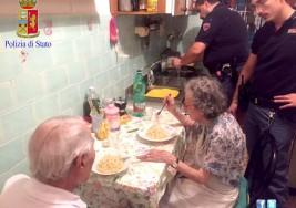 Pareja de ancianos lloraba de soledad, alguien llamó a la policía; esta imagen acapara las redes